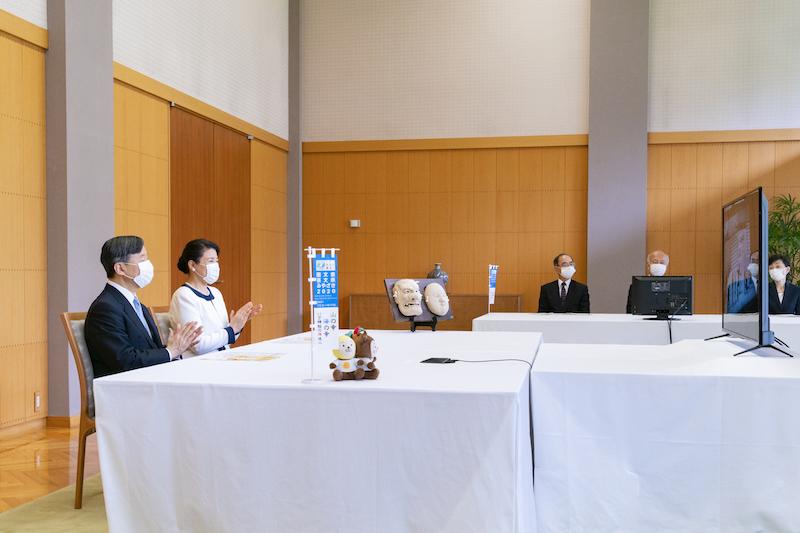 宮崎県で行われた「国民文化祭」の開会式にオンラインで出席された天皇皇后両陛下が拍手をしている