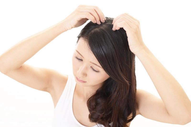 髪の分け目を見る女性