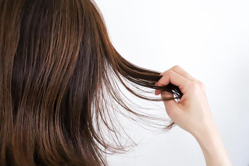 髪の毛を広げる女性