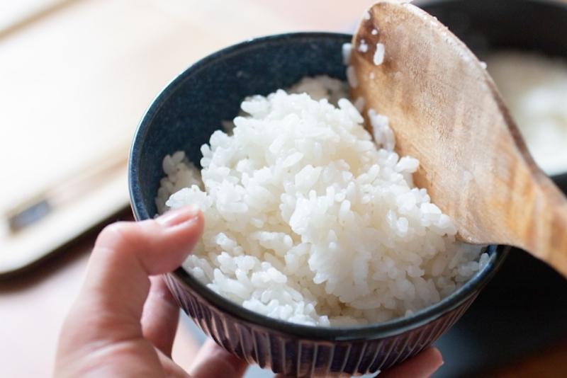 白米を茶碗に盛っている
