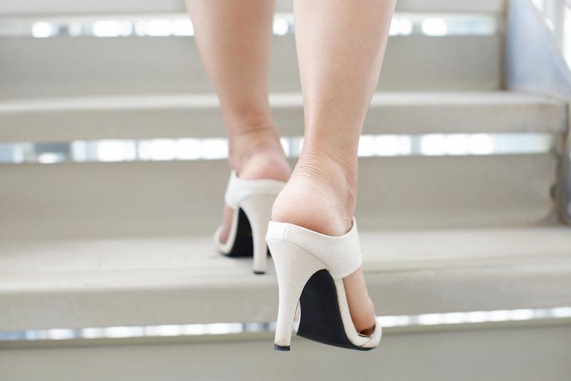 ヒールを履いて階段を登る