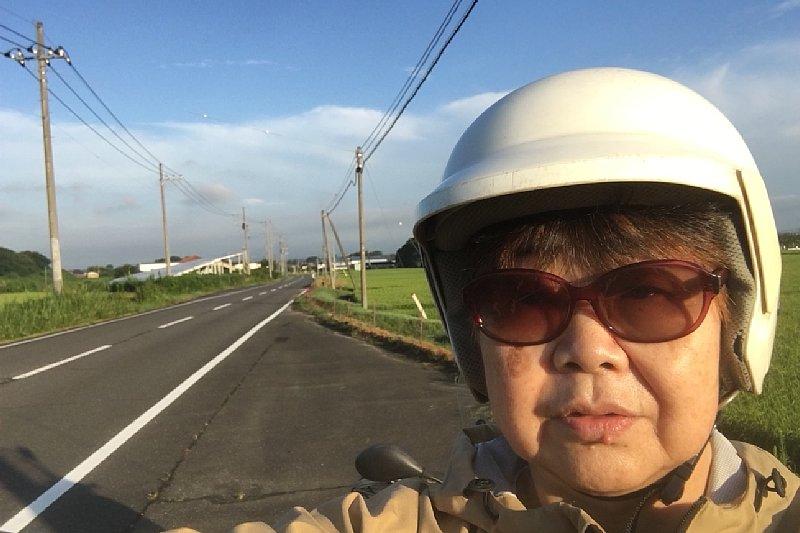 原付バイクで出かけるオバ記者