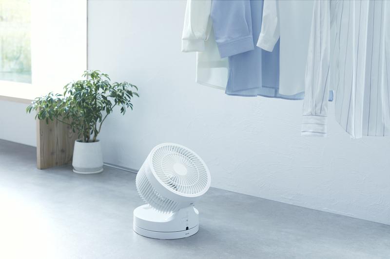 マクセルのオゾン除菌消臭器 オゾネオ部屋干しネクストが部屋干しの洗濯物を除菌し乾かしている様子
