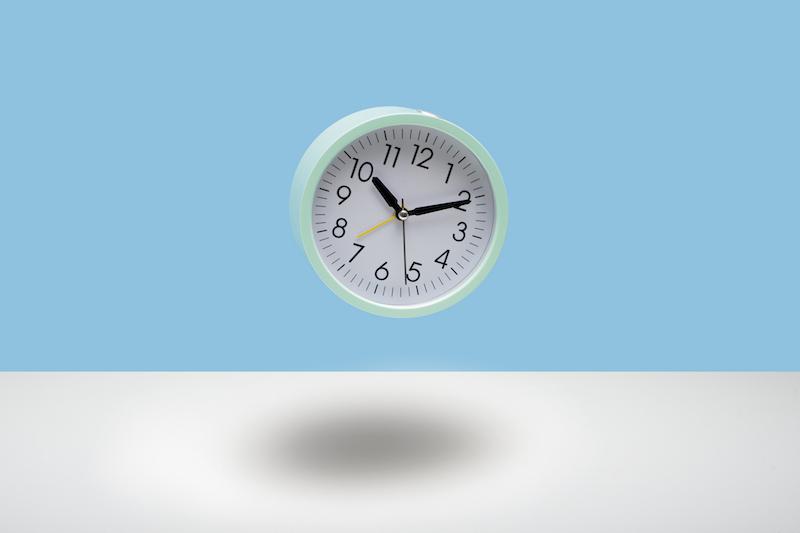 10時10分をさす丸い時計が浮いている