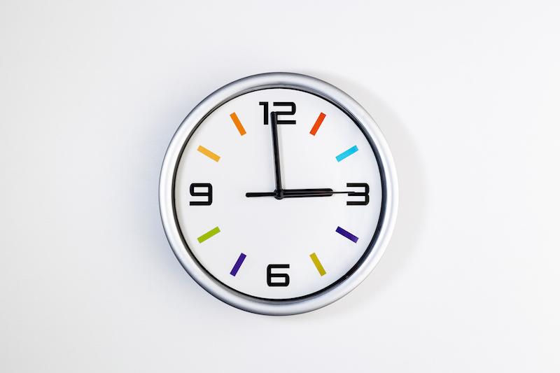 3時をさす丸い時計
