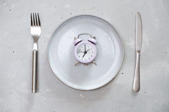"""太りたくないなら""""食べてはいけない""""「魔の時間」とその理…"""