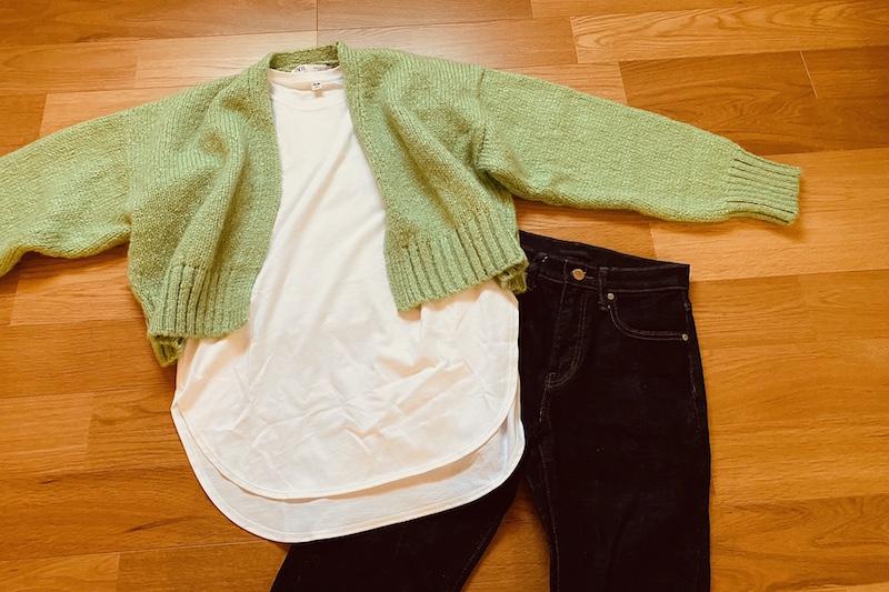 コットンロングシャツテールT(長袖)とグリーンのざっくりニットとインディゴデニムパンツ