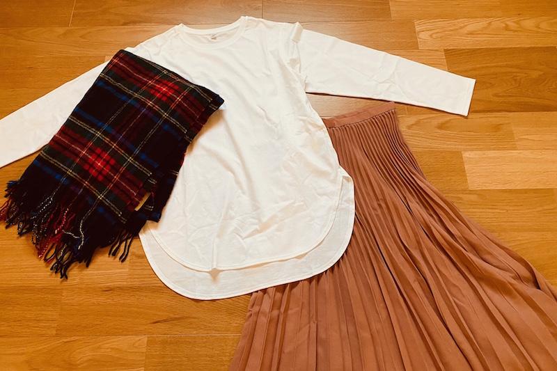 コットンロングシャツテールT(長袖)とプリーツロングスカートとチェック柄のウールストール
