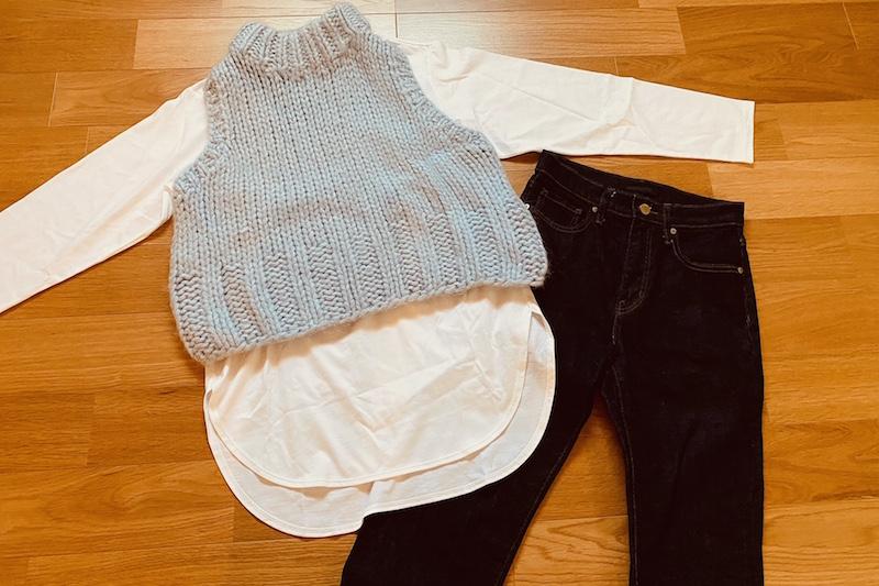 コットンロングシャツテールT(長袖)とインディゴデニムと淡いブルーのニットベスト