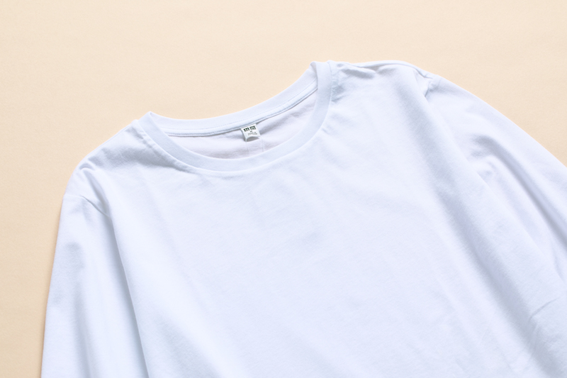 コットンロングシャツテールT(長袖)の襟ぐり部分