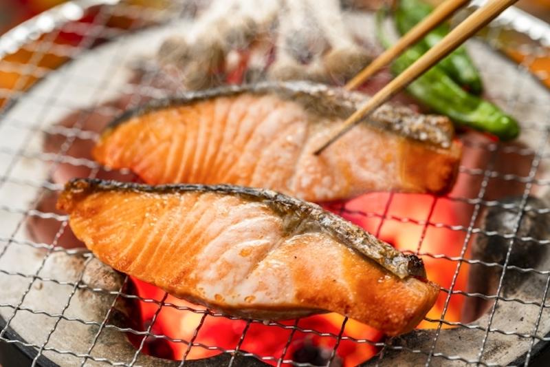 鮭を焼いている