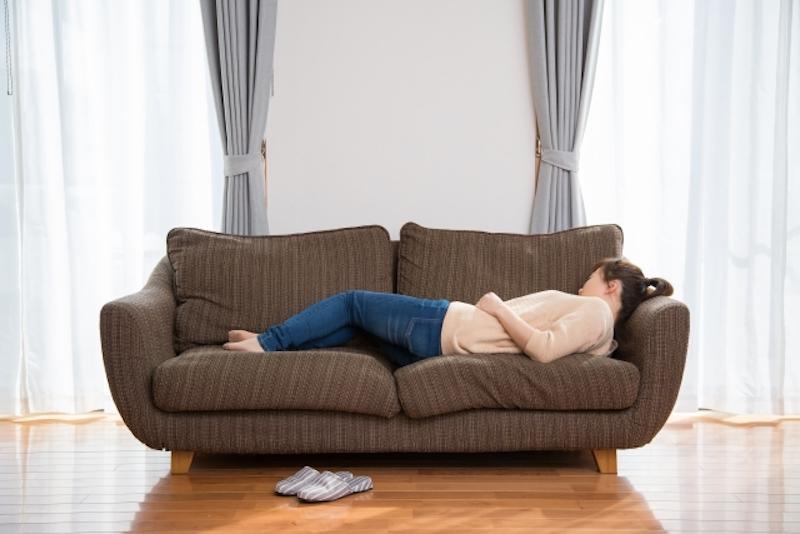 ソファに寝転ぶ人