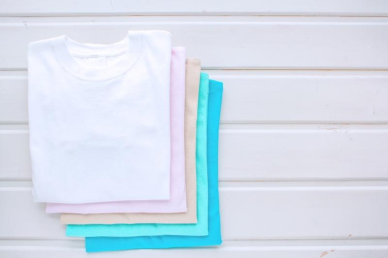 きれいに畳んだ色とりどりのTシャツ