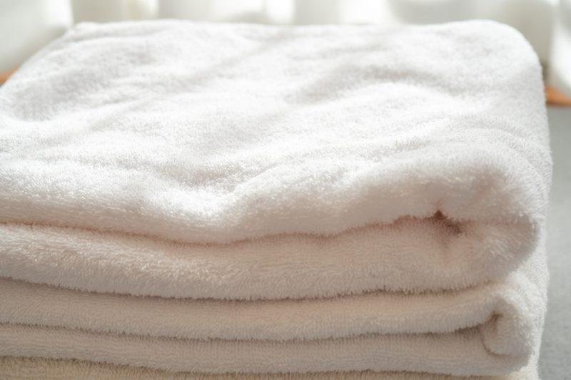 畳んだタオルが重なっている