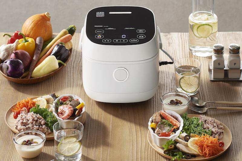 アイリスオーヤマ 『ヘルシーサポート炊飯器 IH 5.5合』と周りには野菜やワンピレートご飯などが並ぶ