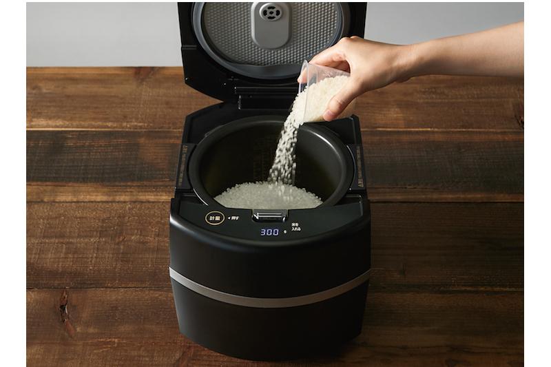 アイリスオーヤマ『瞬熱真空釜 IHジャー炊飯器5.5合』に米を入れている様子