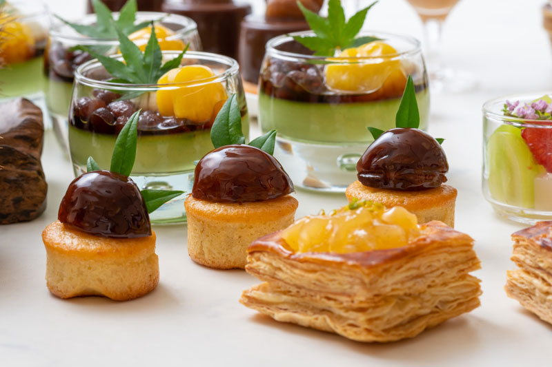 栗のパウンドケーキ(中)、抹茶あんみつ(奥)、アップルパイ(右下)