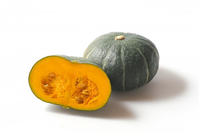 半分に切ったかぼちゃとまるまる1個のかぼちゃ