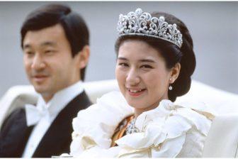 皇后雅子さまは純白ローブ・デコルテ、黒田清子さんは「ク…